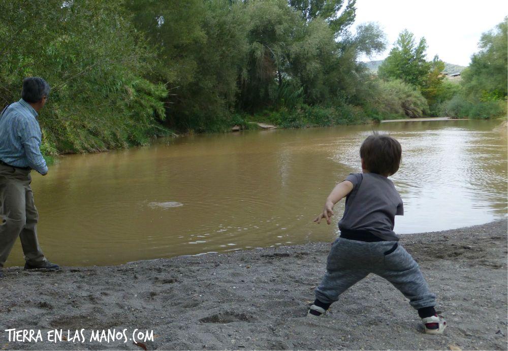 Lanzar piedras al río