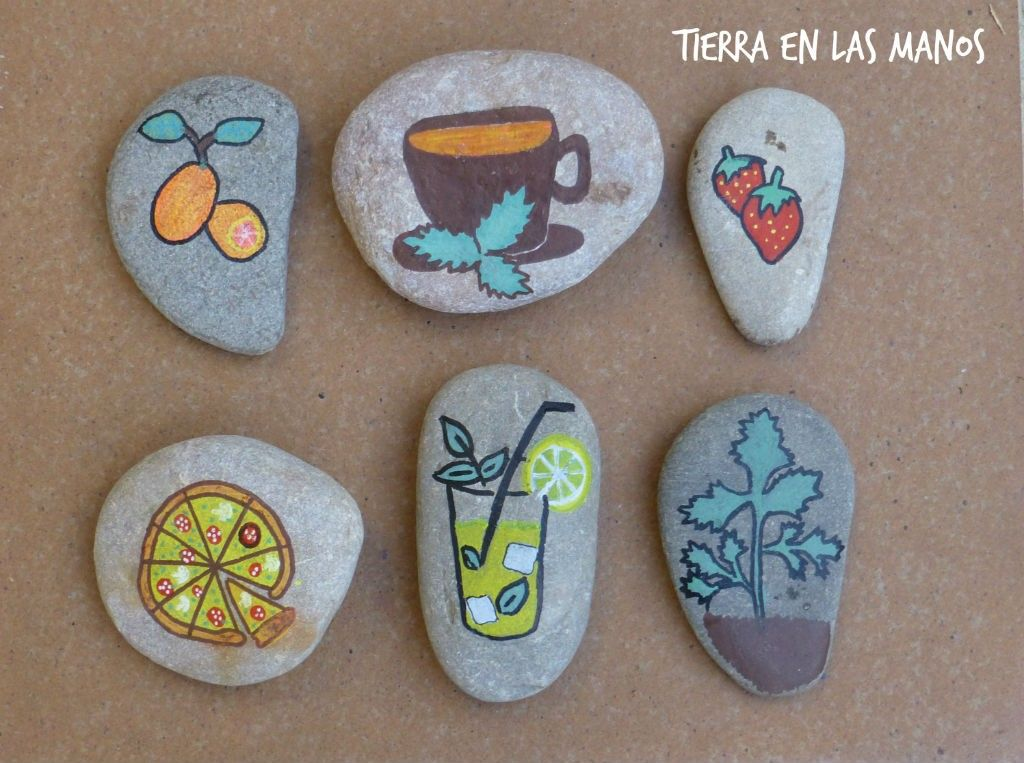 marcadores de plantas con piedras