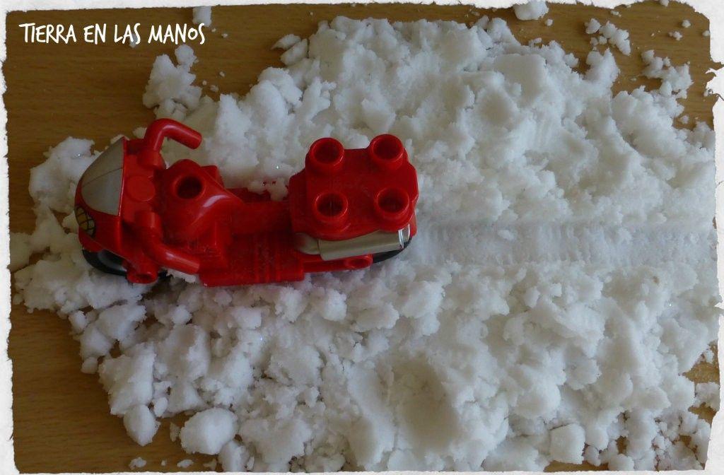 jugar con nieve artificial huella neumático