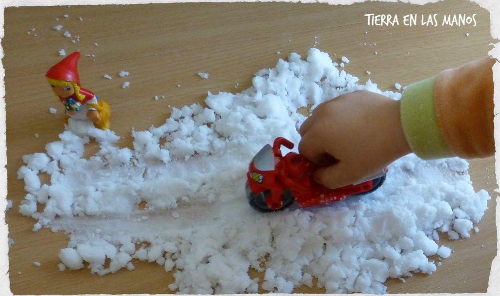 jugar con nieve artificial huella ruedas 2