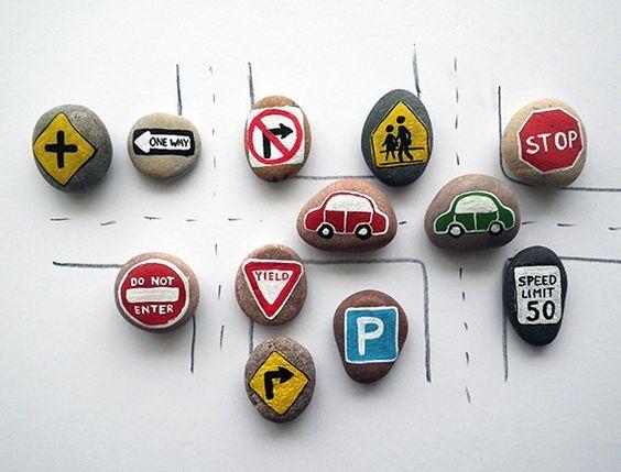 señales de tráfico con piedras
