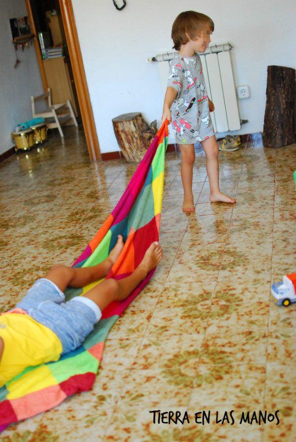 Por qu los ni os adoran jugar con telas tierra en las - Alfombras para jugar ninos ...