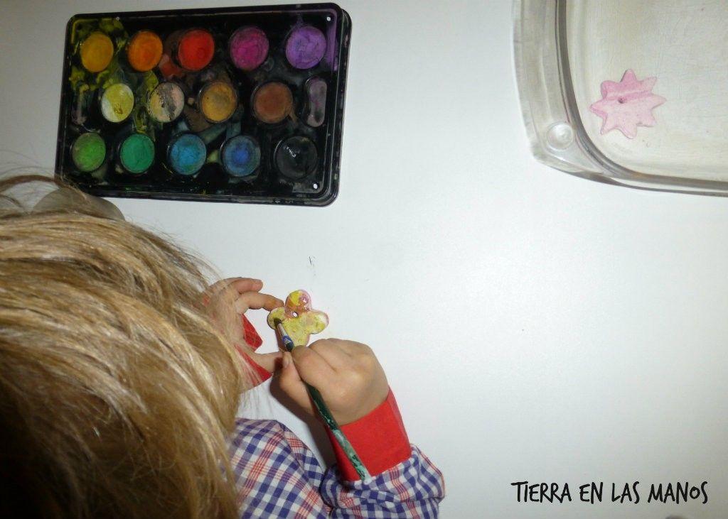 pintando adornos navideños