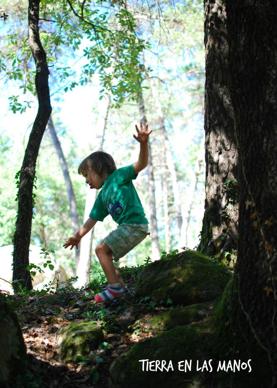 jugar en la naturaleza